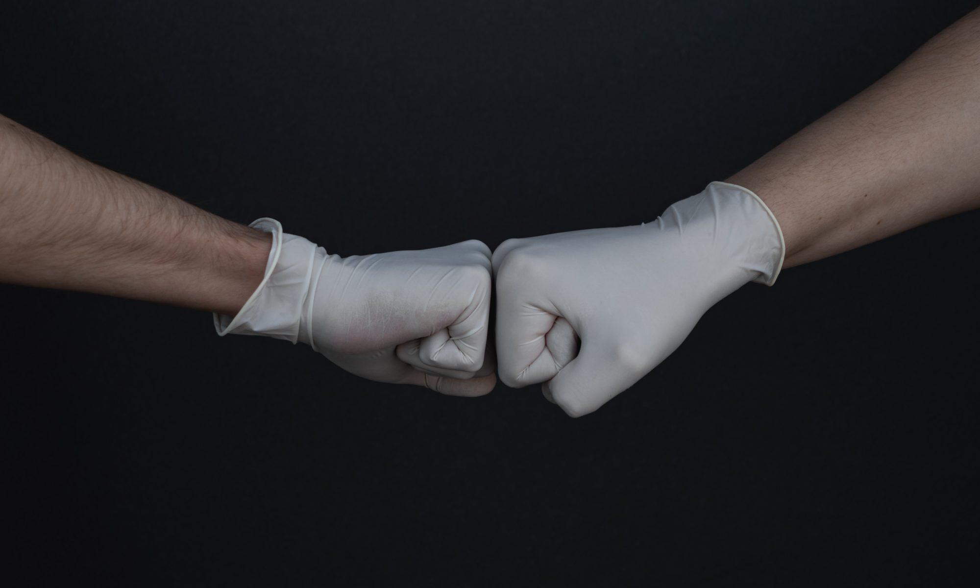 Zwei Hände ein Latexhandschuhen